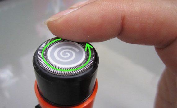 刃ユニット上を、オイルを付けた指先でやさしくなぞってオイルを塗ってください